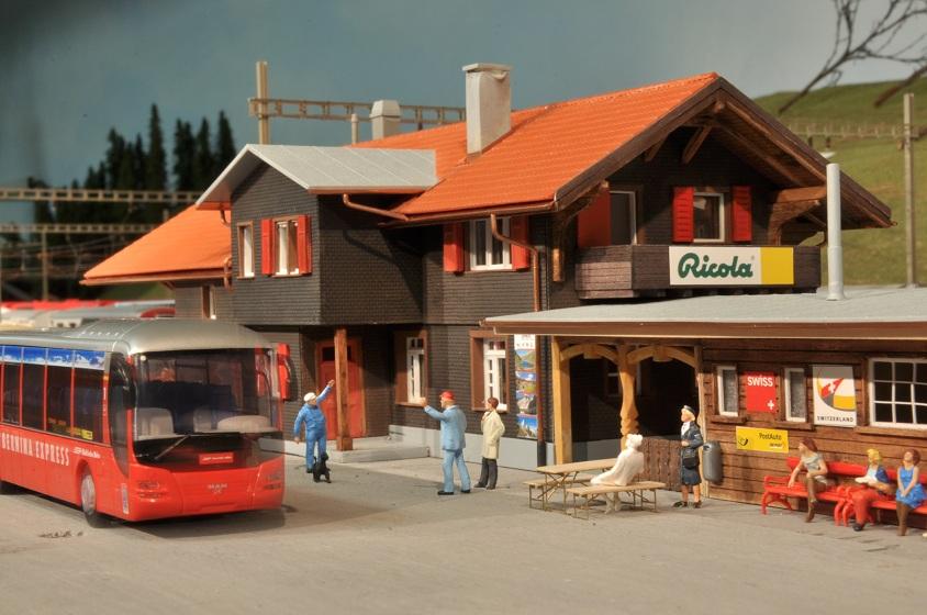 filisur-vorplatz-mit-bus-mego-2011_170.jpg